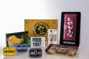 carteles metálicos de varias marcas con las que hemos trabajado